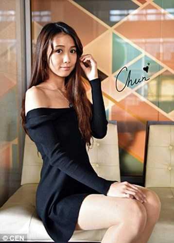 Ngoài công việc thú vị, điều khiến Huang Yichun cực hút fan là ngoại hình đẹp của cô. Không ít dân mạng đã khẳng định nữ cảnh sát chân dài này có thân hình của người mẫu. Huang Yichun cao 1m71, có thân hình mảnh mai và đặc biệt là đôi chân dài rất quyến rũ.