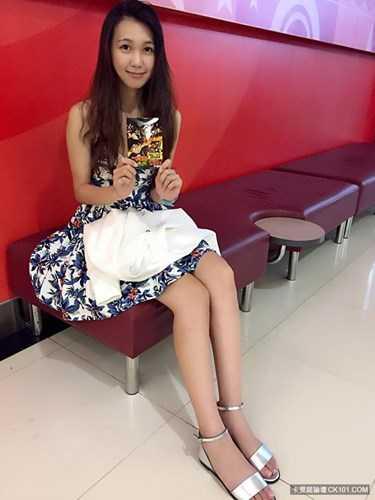 Khi Huang Yichun cởi bỏ bộ quân phục, diện những bộ cánh thời trang, váy áo nữ tính, đa phần mọi người đều nhận xét cô là một người mẫu, ca sĩ, diễn viên mà không phải cảnh sát.