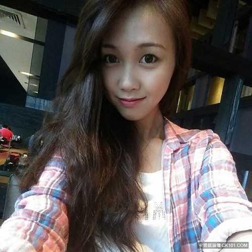 Được biết, ngoài giờ làm việc, Huang Yichun còn có sở thích chơi piano, chụp hình và đi du lịch cũng giống như nhiều cô gái cùng trang lứa. Được nhiều người quan tâm, khen ngợi, Huang Yichun luôn tỏ ra rất vui, biết ơn… Cô nàng cho biết không có ý định tiến thân vào showbiz mà chỉ muốn tập trung, làm tốt nhất công việc của mình ở hiện tại.