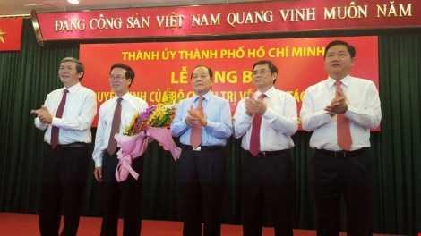 Ông Võ Văn Thưởng, người cầm hoa được phân công làm Trưởng Ban Tuyên giáo Trung ương