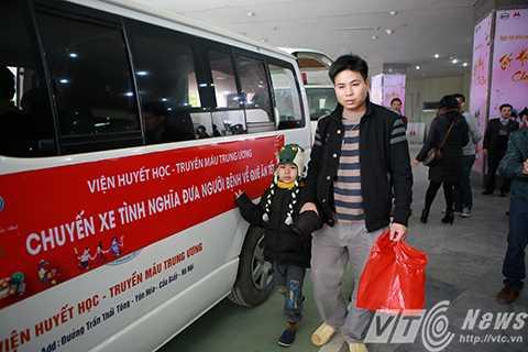 Ngày 5/2 (tức 27 tháng chạp), tại Viện huyết học truyền máu Trung Ương, hơn 20 bệnh nhi cùng người nhà đã được Ban giám đốc bệnh viện hỗ trợ những chuyến xe tình nghĩa đưa các em về quê đón tết cùng gia đình.