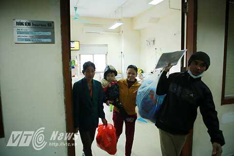 Chị Nguyễn Thị Thạo, (Phú Thọ) đang chuẩn bị quần áo cho con mình là bé Phạm Văn Chiến (2 tuổi) cùng chồng về quê đón tết trên chuyến xe tình nghĩa.