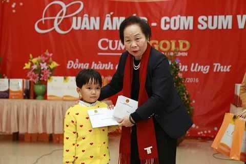 Phó chủ tịch nước tặng quà cho các bệnh nhi.