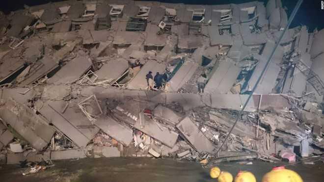 Lực lượng cứu hộ đang nỗ lực giải cứu nạn nhân bị mắc kẹt bên trong tòa nhà. Khoảng 60 hộ gia đình sống tại chung cư này. Ảnh: AP
