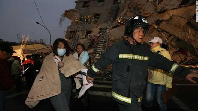 Chính quyền Đài Loan thông báo ít nhất 3 trường hợp thiệt mạng trong vụ sập nhà, bao gồm một bé gái 10 tuổi và một người đàn ông 40 tuổi. Ảnh: Reuters