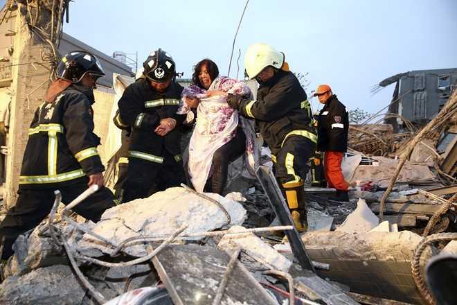 Hơn nửa tiếng kể từ trận động đất chính, Cơ quan thời tiết Đài Loan cho biết 3 trận dư chấn mạnh gần 4 độ Richter xảy ra nối tiếp nhau. Đảo Đài Loan nằm trên Vành đai lửa Thái Bình Dương nên thường gặp động đất. Trận động đất kinh hoàng nhất từng xảy ra trên đảo này là vào tháng 9/1999, mạnh 7,7 độ Richter và khiến hơn 2.400 người thiệt mạng. Ảnh: Reuters