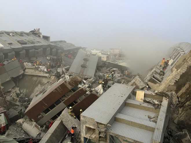 Công tác cứu hộ vẫn tiếp tục diễn ra suốt từ đêm. Khoảng một nửa số người sống tại chung cư vẫn chưa được giải thoát ra ngoài. Giới chức Đài Loan lo ngại con số thương vong sẽ còn tăng lên. Ảnh: Reuters