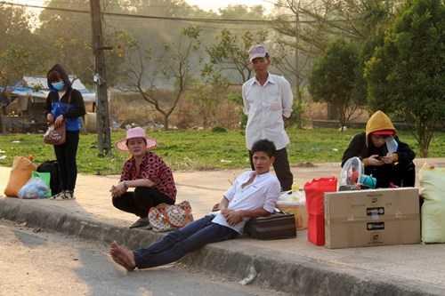 Quá mệt mỏi, nhiều người ngồi bệt xuống lề đường. Tôi làm công nhân ở Khu công nghiệp Bàu Xéo, vừa được công ty cho nghỉ Tết, tôi ra bắt xe về quê liền, nam thanh niên quê Cà Mau cho biết.