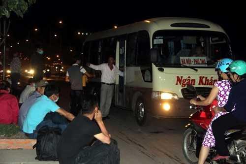 Nhiều hãng xe đón khách ngay trên quốc lộ qua khu vực Amata (TP Biên Hòa) tối 4/1. Tụi em định mai mới về nhưng nhớ nhà quá, về sớm chừng nào hay chừng đó nên dù tối vẫn ra đây bắt xe về quê, nữ công nhân nói.