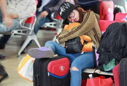 Một cô gái ngủ gật lên balo, chân gác lên hành lý. Theo họ, vừa ngủ vừa ôm chặt đồ hoặc gác chân canh lên hành lý vì sợ mất cắp. Có ai động vô đồ là mình biết ngay, một nữ sinh viên quê Bình Định chia sẻ.