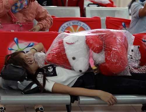 Giấc ngủ của một cô gái ở bến xe.