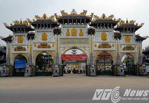 Được thiết kế, xây dựng lối kiến trúc văn hóa Phương Đông, cổng Chùa Cao Linh có độ cao hơn 14m, với 5 cổng tượng trưng cho 5 căn lành của đệ tử Phật nói về Đức tin, Tinh tấn, Chánh niệm, Thiền định và Trí tuệ.