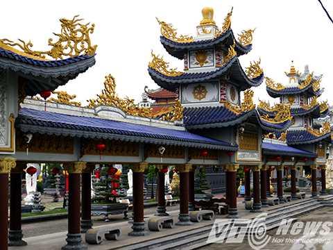 Hai dãy nhà chờ, nơi nghỉ chân của khách thập phương trước khi vào chiêm bái lễ Phật, thiết kế xây dựng mô phỏng theo lối kiến trúc Cung đình Huế với hoa văn rồng cách điệu.