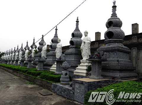 Phía tường bao chùa là hàng tháp đá, tượng Phật, được sắp đặt trang nghiêm, nơi một số gia đình phật tử tiêu biểu gửi gắm tâm linh nơi cửa Phật