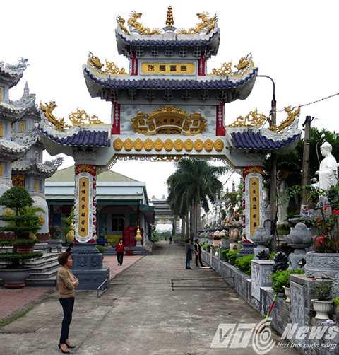 Qua mỗi không gian trong khuôn viên chùa lại có một cổng nghênh đón khách thập phương đến vãn cảng, chiêm bái, lễ Phật.