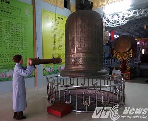 Phật tử thỉnh chuông lễ Phật