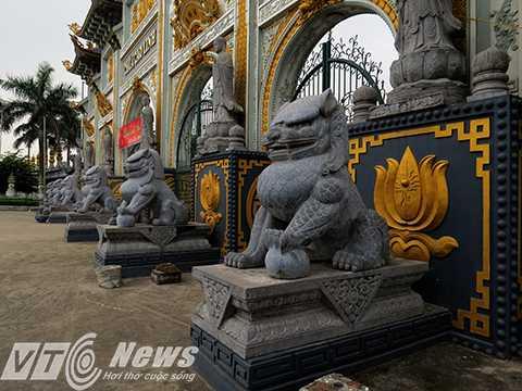 Chân cổng đặt 6 linh vật chấn giữ, bảo vệ chùa.