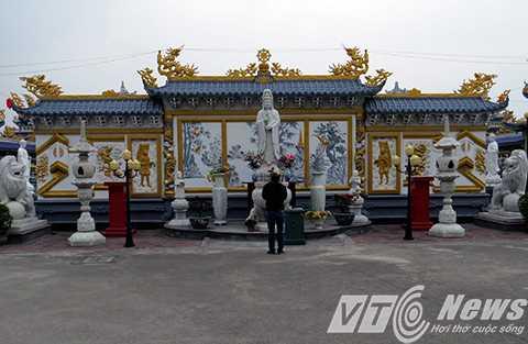 Từ cổng vào là bức bình phong, phía trước thờ tượng Quán Thế Âm Bồ Tát, nhằm nhắc nhở khách thập phương đến chùa phải mở lòng từ bi, bác ái.