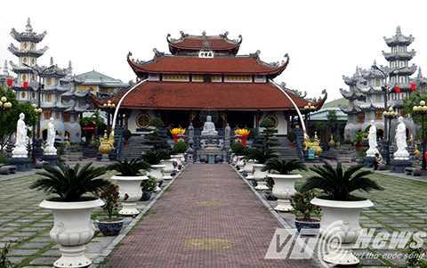 Ngôi Đại hùng Bảo điện được thiết kế xây dựng theo lối kiến trúc đặc thù truyền thống của Phật giáo Việt Nam, hình chữ Đinh, gồm 3 gian tiền đường và 1 gian hậu cung, mái đao, đầu rồng và hoa sen cách điệu làm trang trí chính.