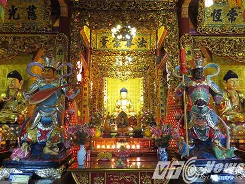Bên trong Chánh điện thiết kế trang trí theo lối câu đối, cửa vòng truyền thống của Việt Nam. Hậu cung Chánh điện thờ Đức Phật Thích Ca Mâu Ni; hai bên thờ Sư Lợi Bồ Tát và Phổ Hiền Bồ Tát.