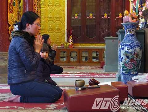 Khách thập phương cung kính, chiêm bái, lễ Phật trong Chánh điện