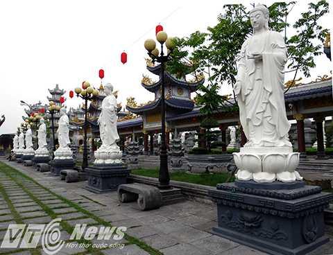 Hai bên sân chùa trước cửa chánh điện dựng 2 hàng tượng Đức Phật A Di Đà, được đúc bằng bê tông, cốt thép, mỗi bên 7 pho tượng, là biểu tượng cho 7 yếu tố giác ngộ của Phật Giáo (Thất Bồ Đề Phật).
