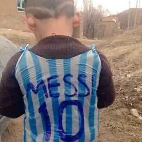 Chiếc áo Messi trên lưng một chú bé gây sửng sốt cộng đồng mạng