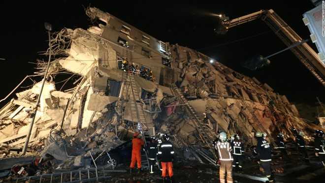 Tòa chung cư 17 tầng đổ sập trong trận động đất kinh hoàng ở Đài Loan (ảnh: AFP)