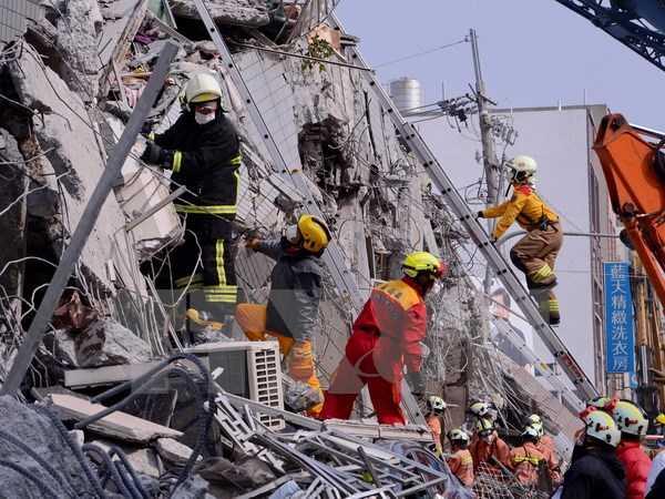 Nhân viên cứu hộ nỗ lực cứu các nạn nhân bị mắc kẹt trong những đống đổ nát sau trận động đất.