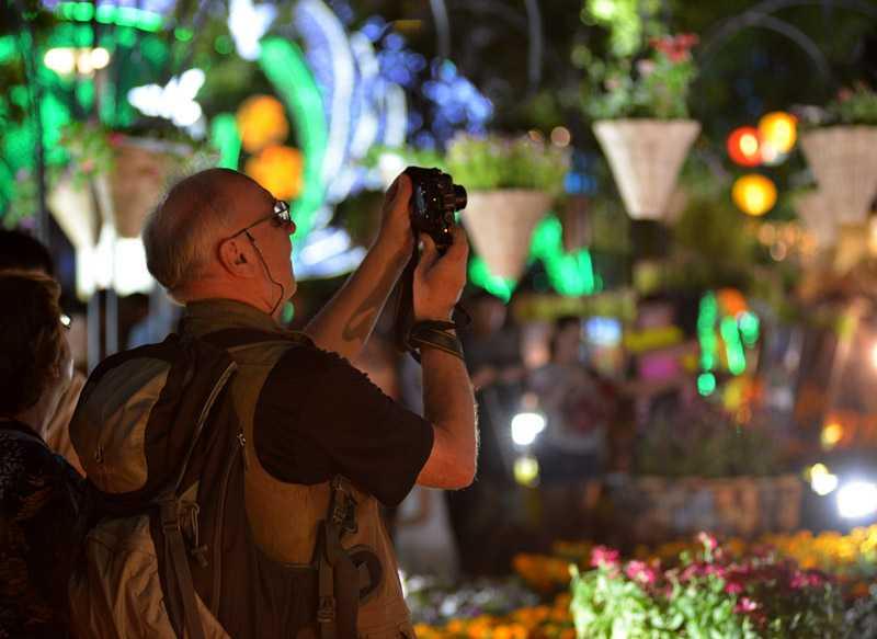 Du khách nước ngoài chụp ảnh đường hoa ngày khai mạc