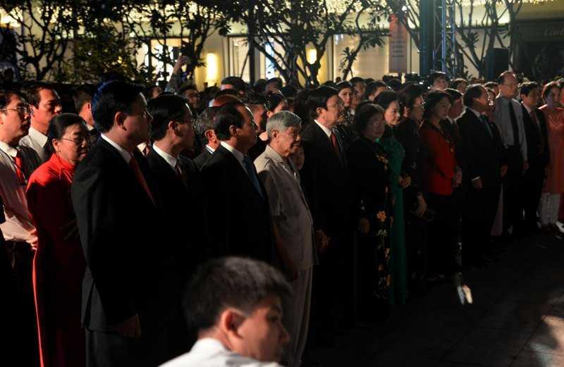 Đúng 19h, các lãnh đạo, nguyên lãnh đạo TP.HCM làm lễ dâng hương tại tượng đài Bác Hồ