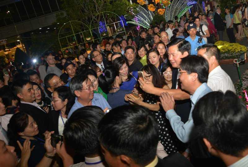 Tân Bí thư Thành ủy TP.HCM Đinh La Thăng chụp ảnh selfie với người dân Sài Gòn đến tham quan tại đường hoa. Nhiều người dân thích thú với sự thân thiện, gần gũi của ông...