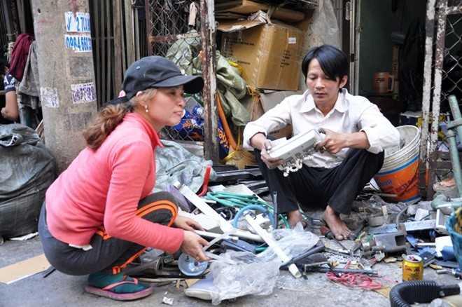 Hai vợ chồng chị Hồng phân loại ve chai trước khi bán cho đại lý. Mỗi ngày giáp Tết, chị thường kiếm được 400 - 500.000 đồng/ngày. Ảnh: Trường Nguyên.