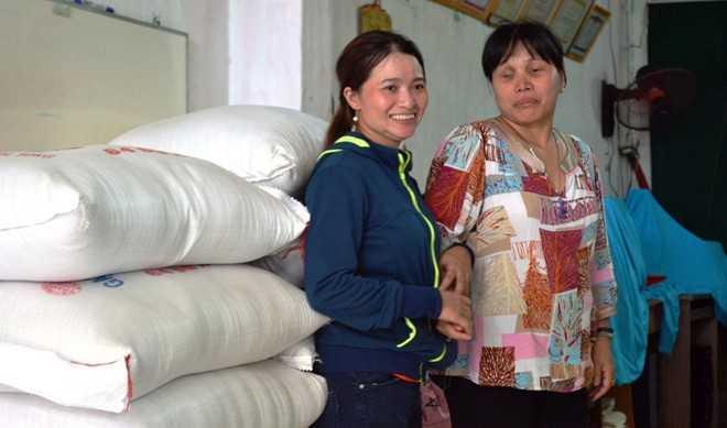 Nhận được tiền, chị Hòng cùng chồng đi mua gạo làm từ thiện ở những cơ sở nuôi trẻ em mồ côi và người tàn tật. Ảnh: Trường Nguyên.