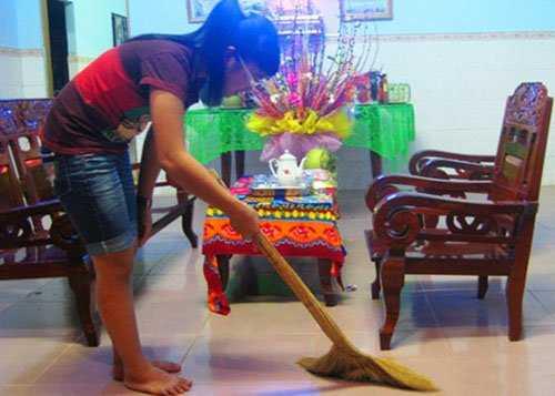 Ngày 30 Tết, dù bận rộn đến đâu, mọi người cũng tranh thủ dọn dẹp nhà cửa, vườn tược, trong những ngày Tết không vứt rác bừa bãi (ảnh minh họa)