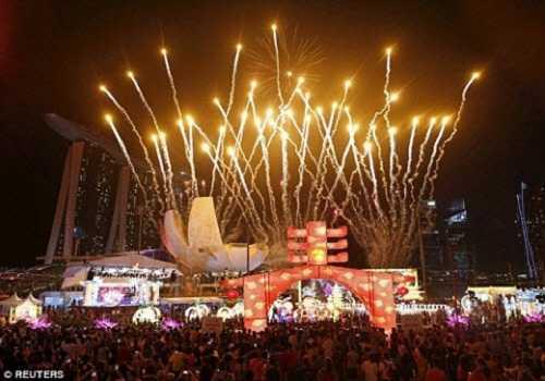 Màn bắn pháo hoa rực rỡ tại một sự kiện chào đón Tết Nguyên Đán ở Singapore.