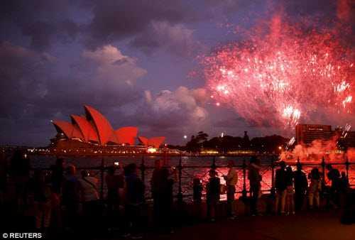 Thành phố Sydney ở Australia cũng được trang trí bằng đèn màu đỏ để chào đón Tết theo phong tục Á Đông.