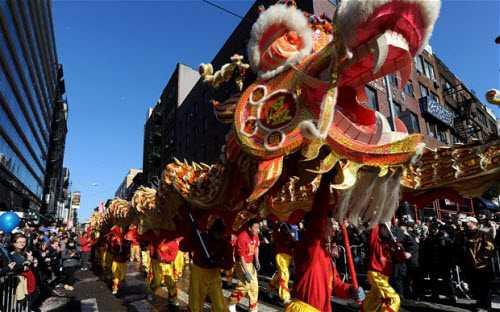 Màn biểu diễn múa rồng chào đón Tết Nguyên Đán tại một phố của người Hoa ở bang Colorado, Mỹ.