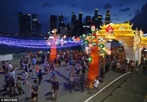 Các đường phố ở Hong Kong trở nên rực rỡ hơn vào dịp Tết Nguyên Đán.
