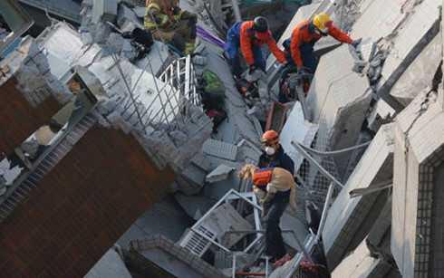 Lực lượng cứu hộ tìm kiếm nạn nhân trong đống đổ nát của tòa nhà chung cư ở Đài Loan sau vụ động đất