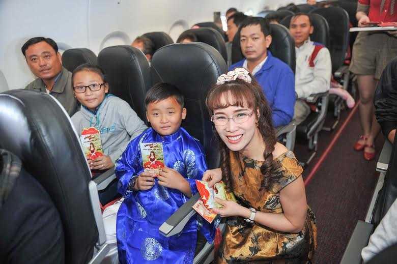 CEO nữ Vietjet đích thân tặng quà cho khách hàng trên chuyến bay xuất hành ngày 8/2