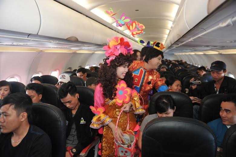 3 vị Táo quân lì xì cho hành khách trên chuyến bay