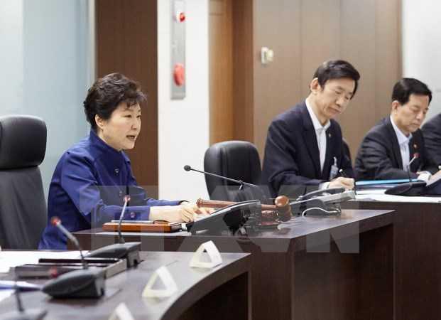 Tổng thống Hàn Quốc Park Geun-Hye (trái), Ngoại trưởng Yun Byung-Se (thứ hai, trái) và Bộ trưởng Quốc phòng Han Min-Koo trong cuộc họp Hội đồng An ninh ở Seoul