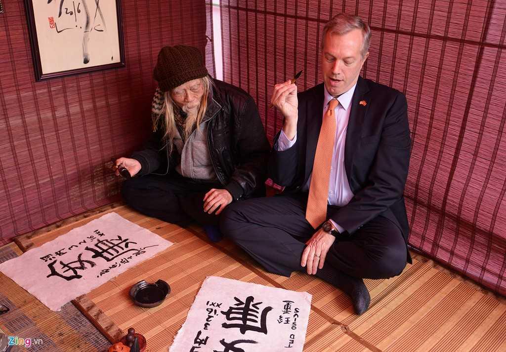 Đại sứ Mỹ Ted Osius trong buổi học viết thư pháp chữ An Khang - Ảnh: Zing News