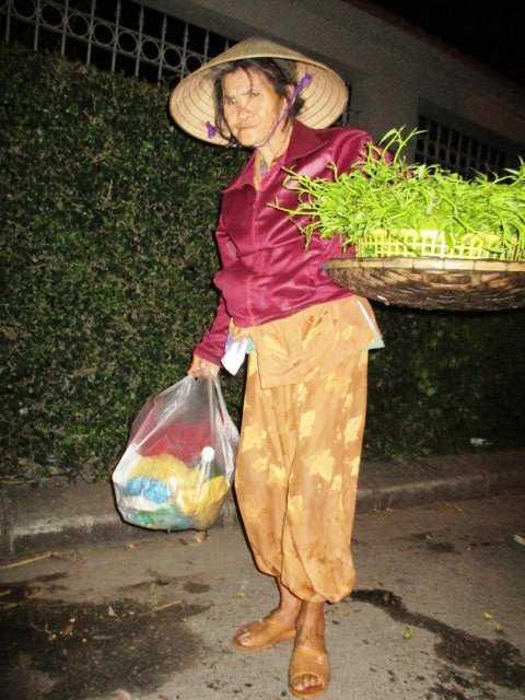 Hàng ngày bà Tuyết mưu sinh bằng nghề bán rau muống ở chợ Bến Ngự.