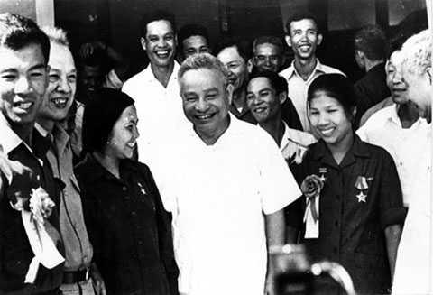 Ông Trần Quốc Hoàn (đứng giữa)
