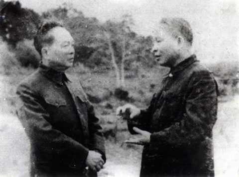 Bộ trưởng Quốc phòng Võ Nguyên Giáp trao đổi với Bộ trưởng Công an Trần Quốc Hoàn trước khi về tiếp quản Thủ đô năm 1954