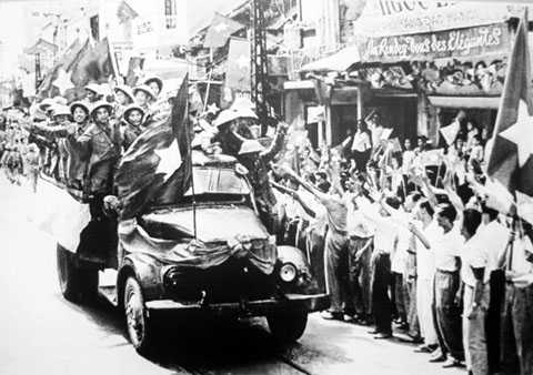 Người dân đón chào bộ đội giải phóng Thủ đô sáng 10/10/1954