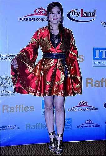 Lý Nhã Kỳ và bộ váy của nhà thiết kế Alexander McQueen trị giá lên đến hơn 700 triệu đồng.
