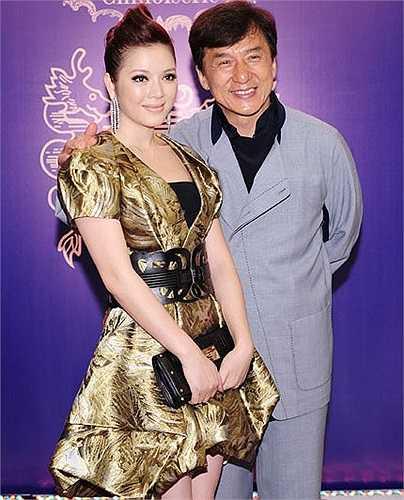 Chiếc váy mà người đẹp mặc khi gặp Thành Long có giá 700 triệu đồng (35.000 USD)